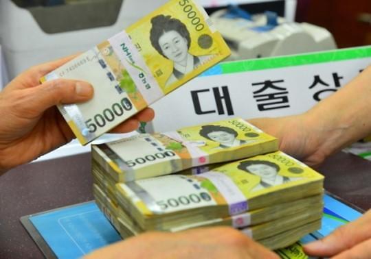 新浪美股讯 北京时间27日路透报道,韩国央行周二宣布指标利率保持不变,符合市场预期。该央行注意到通胀压力疲弱,并在美联储3月20-21日召开政策会议之前保持谨慎。