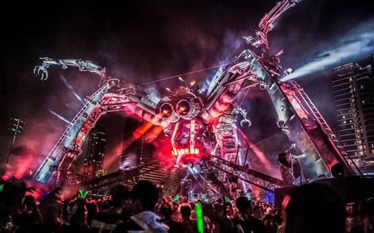 """大蜘蛛登""""陆""""在即   身高20米、口吐火焰、由可回收材料组成骨肉;雕塑、特技表演、戏剧化的演出、尖端科技的疯狂融合;这样的大蜘蛛舞台将提供绝无仅有的沉浸式体验。   阿卡奇观(ArcadiaSpectacular)是一个来自伦敦、着力呈现大型表演和锐舞空间的演出艺术团体,而大蜘蛛舞台是他们作品中体型最大、结构最激进的一个——在蜘蛛的辐射区域内可容纳惊人的5万名观众。   在全球范围内,阿卡奇观都是无双的存在。SplitWorks为能将他们介绍给中国"""